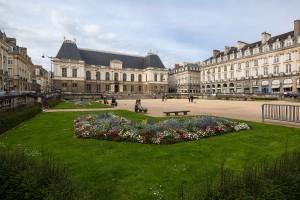Vue_sud-ouest_de_la_place_du_parlement_de_Bretagne,_Rennes,_France