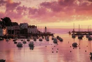 Vue sur le port de Sauzon a Belle-ile-en-mer, au coucher du soleil.