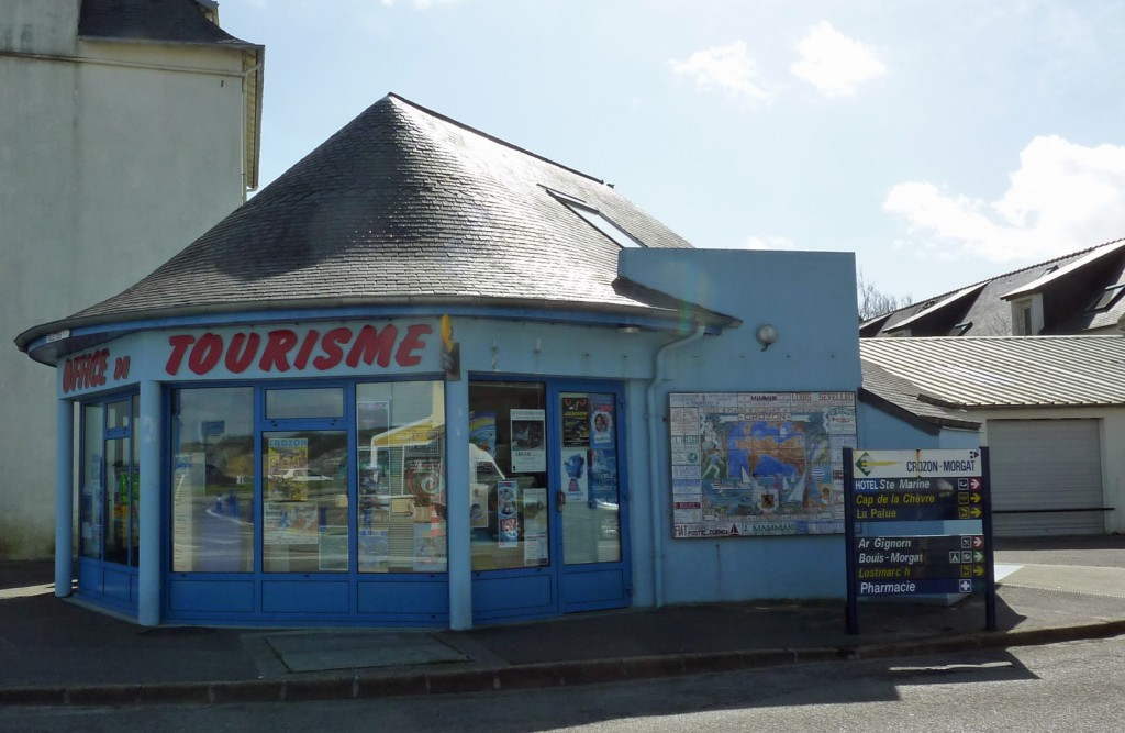 L'ufficio di turismo di Crozon Morgat davanti alla spiaggia accanto si affittano le biciclette