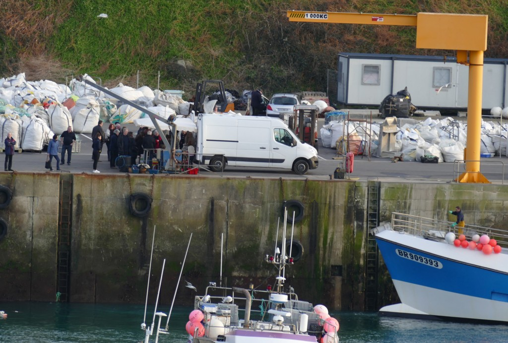 pescheria improvvisata al porto all'arrivo dei battelli da pesca
