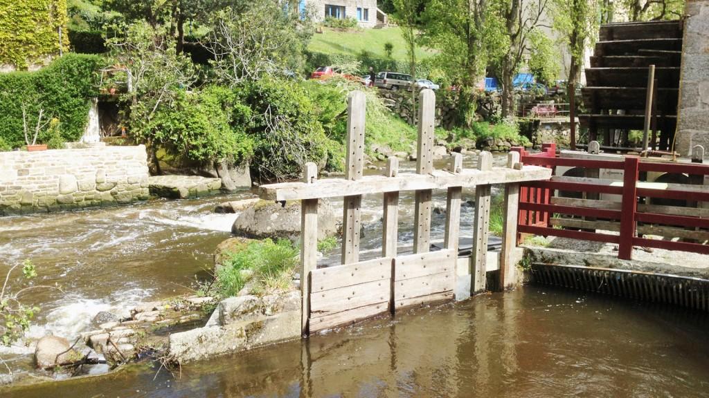 la chiusa di legno permette l'invio dell'acqua direttamente alle pale del mulino