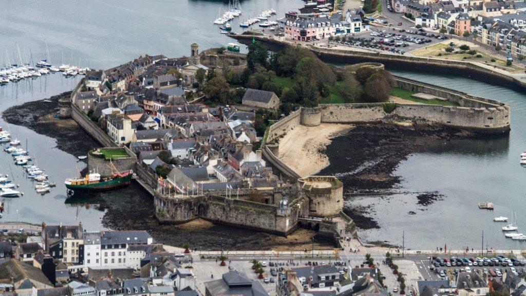 Concarneau : la ville close à marée basse - Jean-Jacques Abalain from Melgven (près de Concarneau) Wikipedia